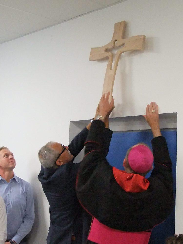Aufhängen des Kreuzes im Vorraum